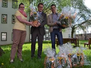 Sandy Kirchner und Frank Lauschuss übergeben Dankeschön für die Kitas an OB Dr. Bruns
